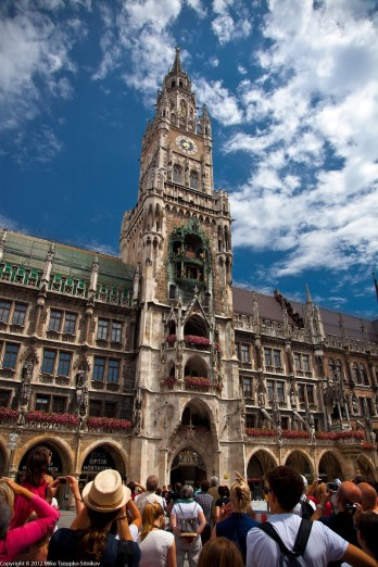 Marienplatz. The crowd watching the Rathaus-Glockenspiel performance.